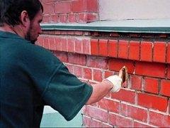 Чем покрасить стену из кирпича