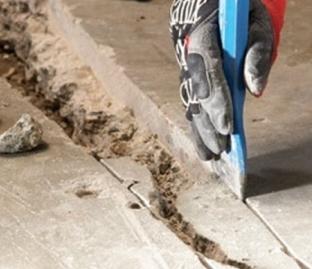 Чем правильно заделывать щели в полу