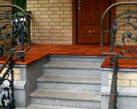 Крыльцо загородного дома: внешний вид, безопасность