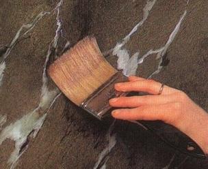 Окрашивание стен с эффектом мрамора