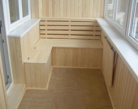 Отделка балкона с помощью древесных материалов