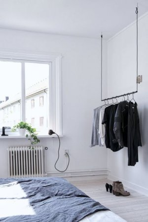 Открытый гардероб в интерьере спальни