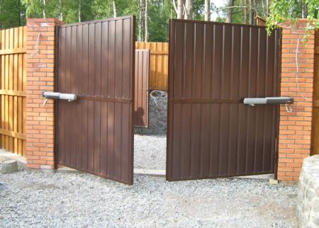 Распашные ворота: некоторые особенности монтажа