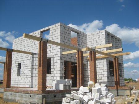 Стены какой толщины лучше выбрать для постоянного проживания в доме из пеноблоков?