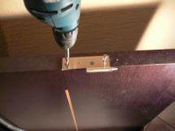 Закрепляем петлю при помощи саморезов (фото)