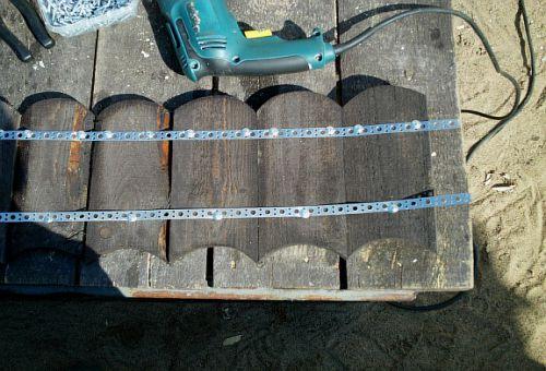 Соединяем заготовки для клумбы с помощью металлической ленты (фото)