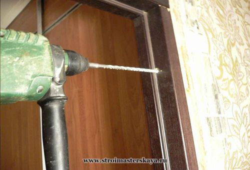 Через готовое отверстие  в коробке бурим отверстие в стене под дюбель (фото)