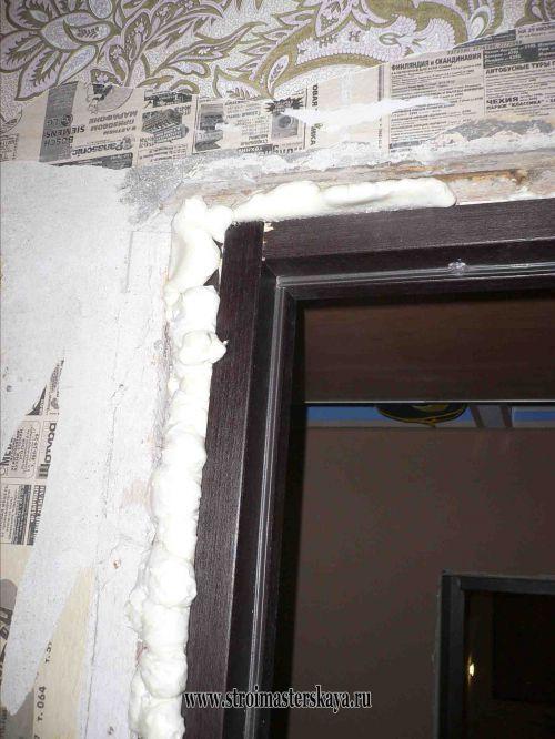 Зазор между стеной и коробкой запенивается (фото)