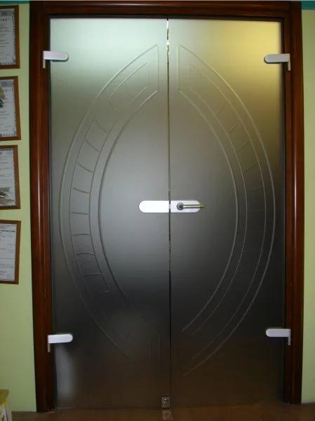 Бескаркасные двери из закаленного стекла
