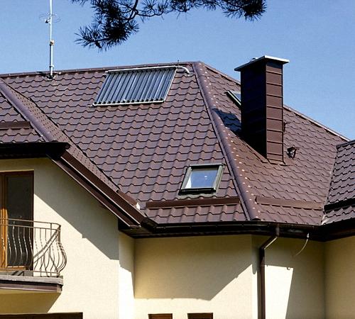Надежная крыша с водостоком для дачного дома