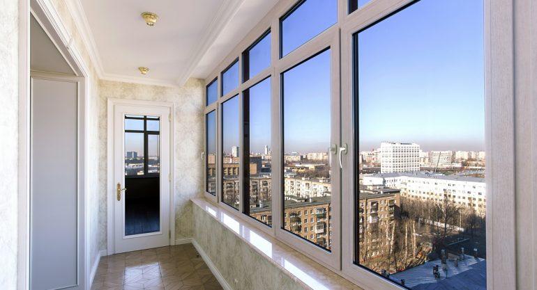 Ключевые преимущества остекления балконов пластиковыми окнами