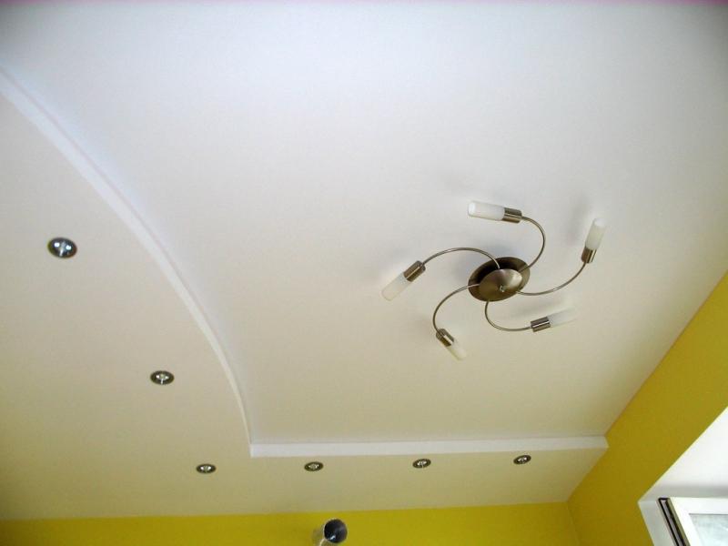 Как сделать одноуровневый потолок из гипсокартона в зале