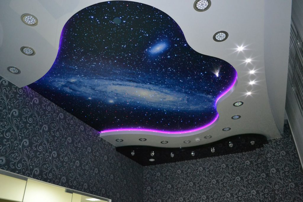 Многоуровневый подсвечивающий потолок