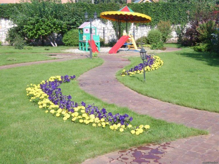 Украшаем растениями газон