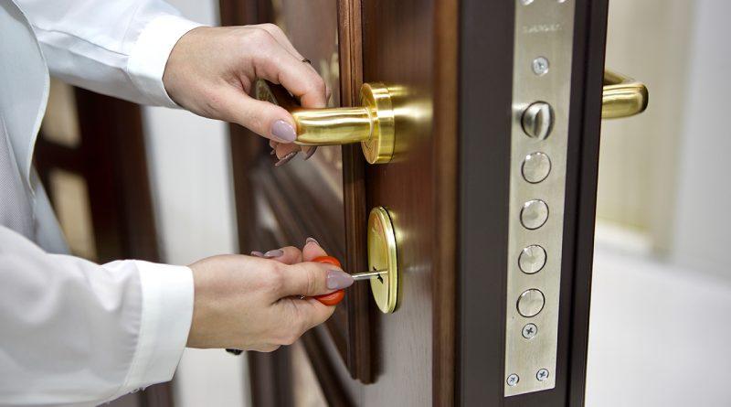 Vskryt zamok metallicheskoy dveri 1